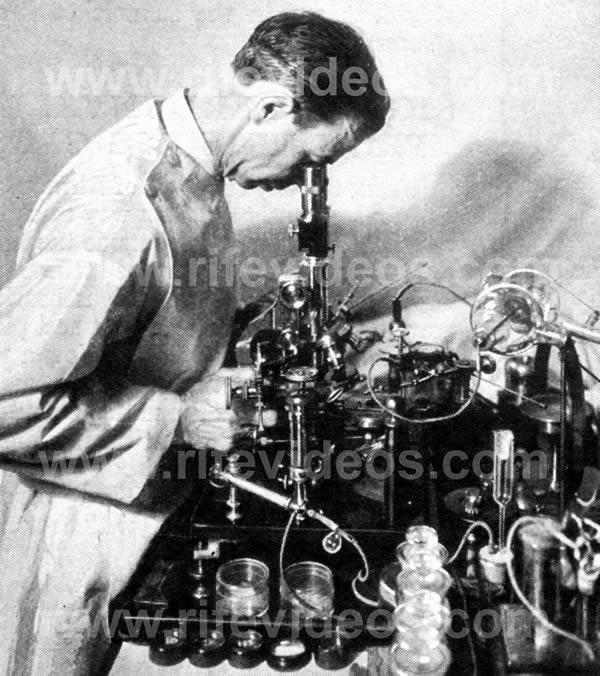 Dr. Rife kigger gennem mikroskop